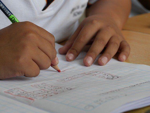 bambino scrive sul quaderno