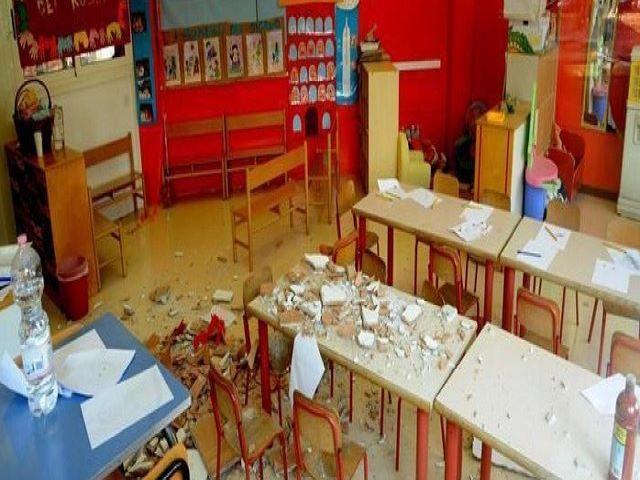 foto crollo controsoffitto scuola